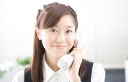 電話を持つ女性