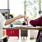出来る営業マンはお客様へ最高のサービスを提供するために、社内コミュニケーションを円滑に行っている
